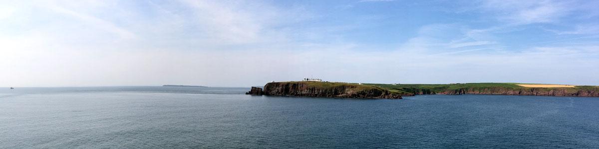 Blick von der Fähre auf die Klippen von Pembroke