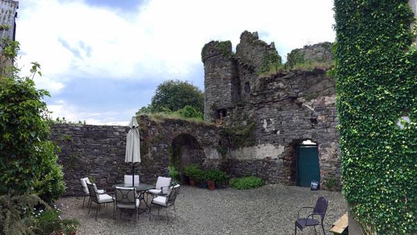 Mauerreste und Schloss-Turm